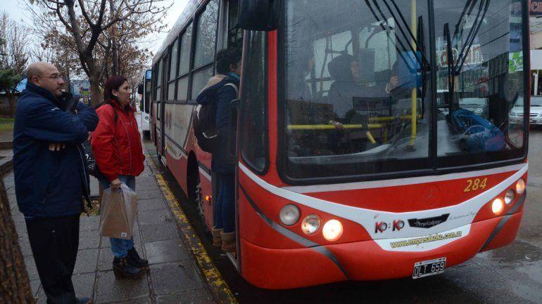 Sorpresa y bronca. El servicio interurbano también se disparó y los pasajeros protestaron.