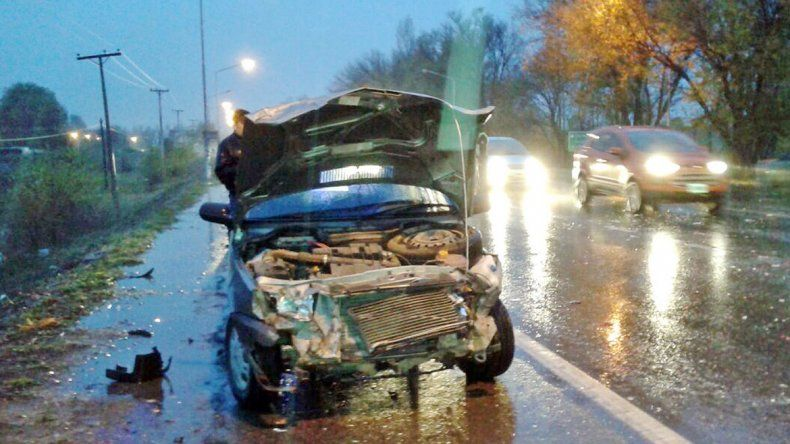 El Peugeot 206 cruzó de mano e impactó con la Ford Transit.