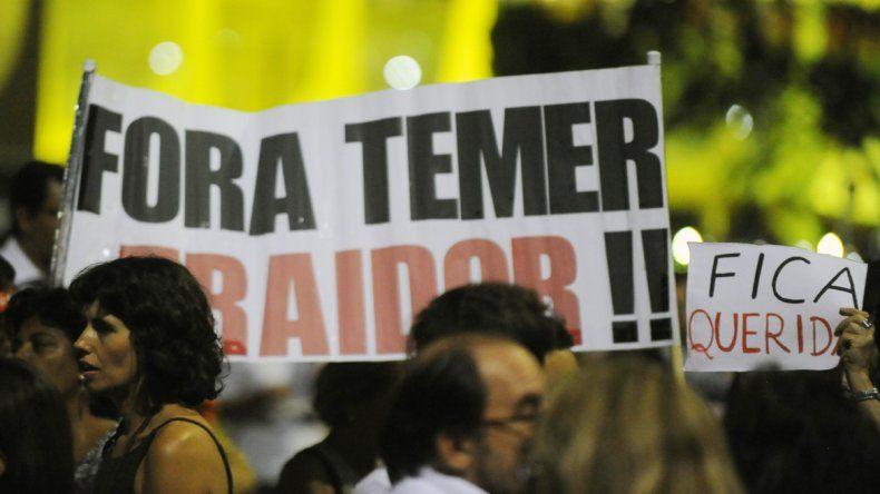 Simpatizantes de Dilma con un cartel que dice Fuera Temer.