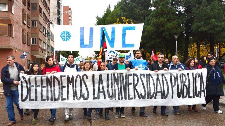 Estudiantes y docentes marcharon en defensa de la universidad pública
