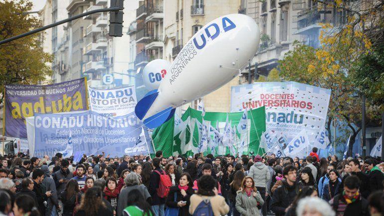 Masiva marcha en Plaza de Mayo en defensa de la educación pública