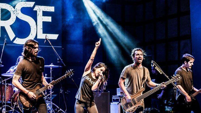 Ellas también rockean. La banda es liderada por la cantante Luciana Segovia.