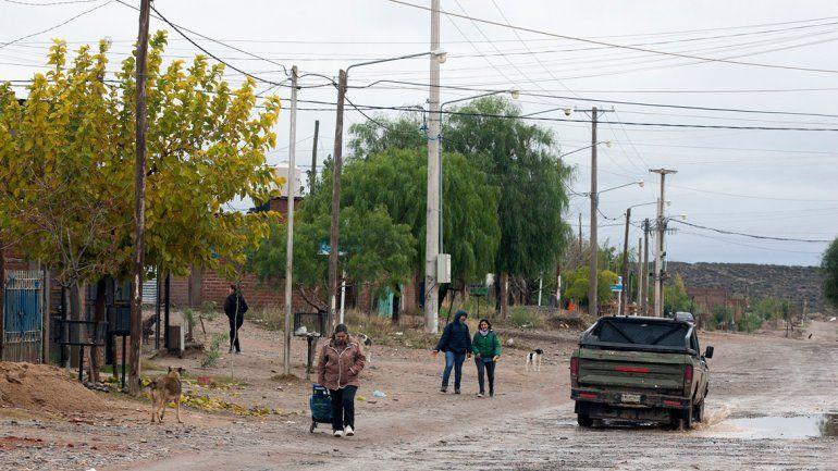 Las constantes lluvias obligaron a suspender las clases en algunas escuelas donde las filtraciones se apoderaron de aulas y pasillos. Las calles presentaban dificultades para transitar.