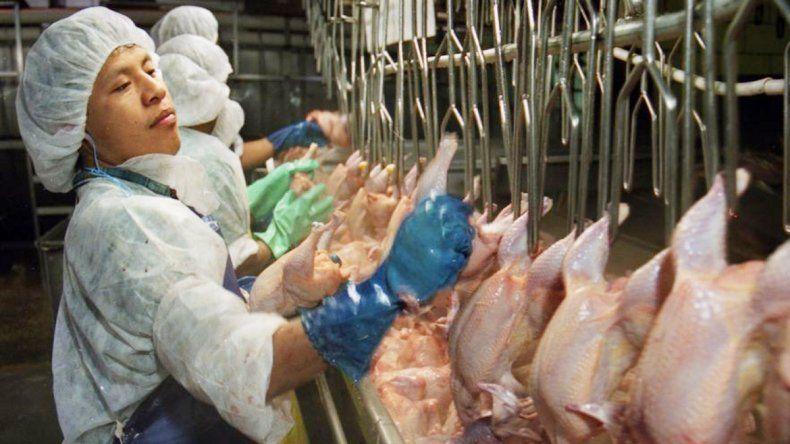 Trabajadores de una línea de producción avícola de Alabama.