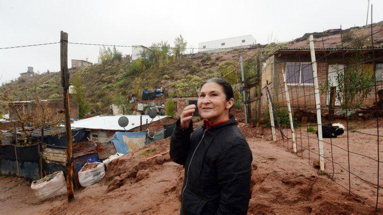 Susana puso tachos para las goteras y reforzó el techo. Sufrió la lluvia.