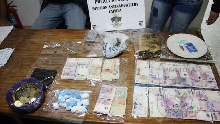 Las drogas y el dinero secuestrado por la División Antinarcóticos de Zapala.
