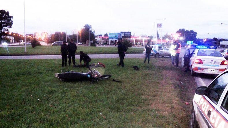 El joven se tiró de la moto en movimiento al ver el control policial.
