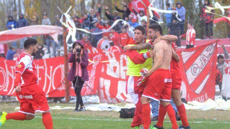 De pie. Independiente cayó 4 a 3 como local ante Libertad. En la revancha debe ganar por dos goles para pasar.