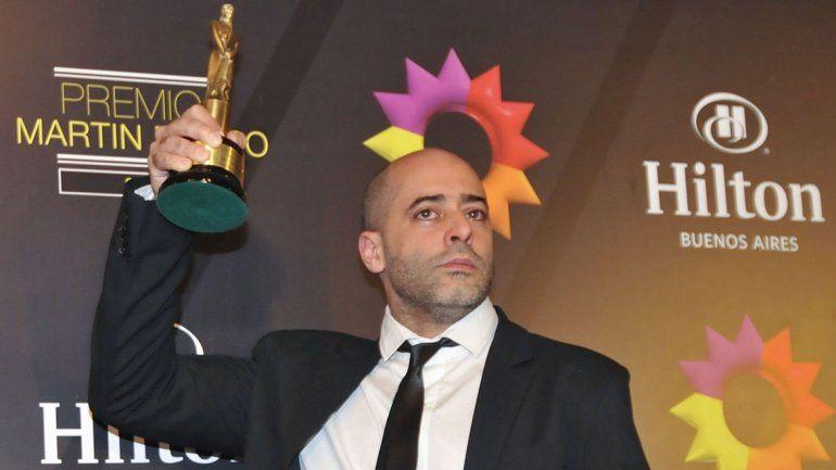 Sebastián Presta con su galardón por Labor Humorística.