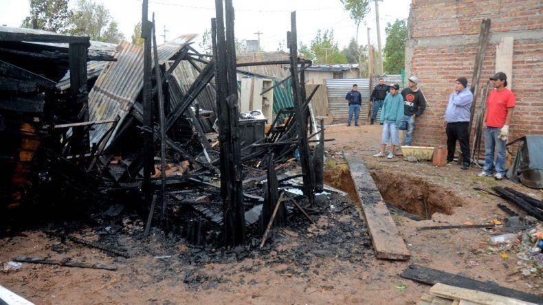 Familia perdió todo al incendiarse una casilla en Toma 7 de Mayo