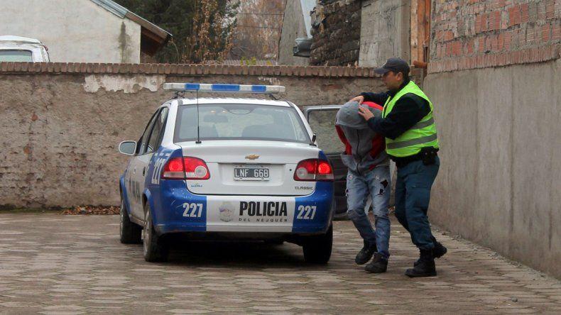 Así trasladaron al acusado de abusar de la joven en Junín de los Andes.