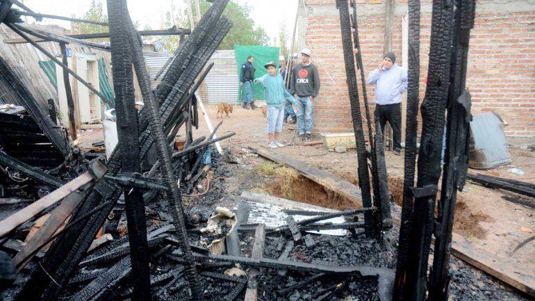 El incendio se produjo por una conexión clandestina. Los vecinos reclamaron a las autoridades una solución para regularizar esta situación.