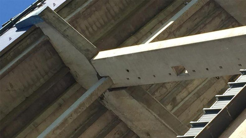La imagen muestra la rotura en el concreto de la tribuna.