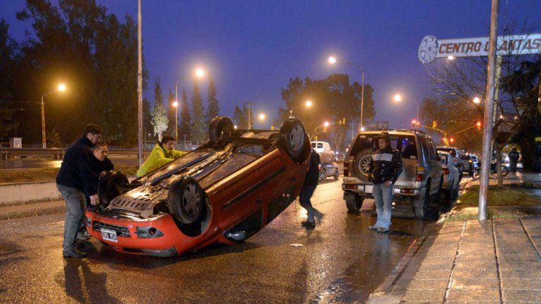 El auto terminó volcado sobre la colectora de la Ruta 22.