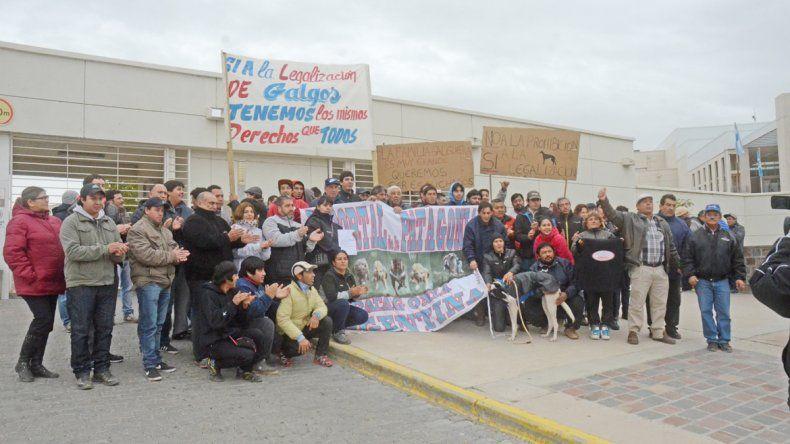 Los propietarios de estos perros defienden las carreras en Neuquén.