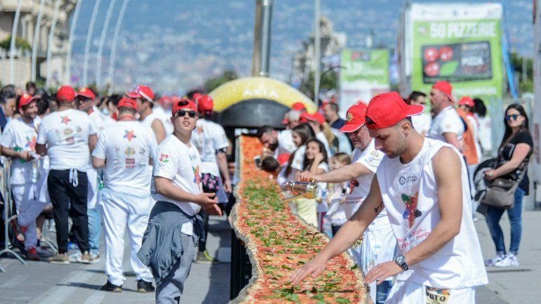 La pizza gigante fue preparada por unas 250 personas.