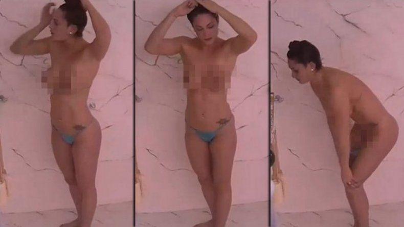 De a poco. La modelo primero hizo topless junto a Lucas Tisera.
