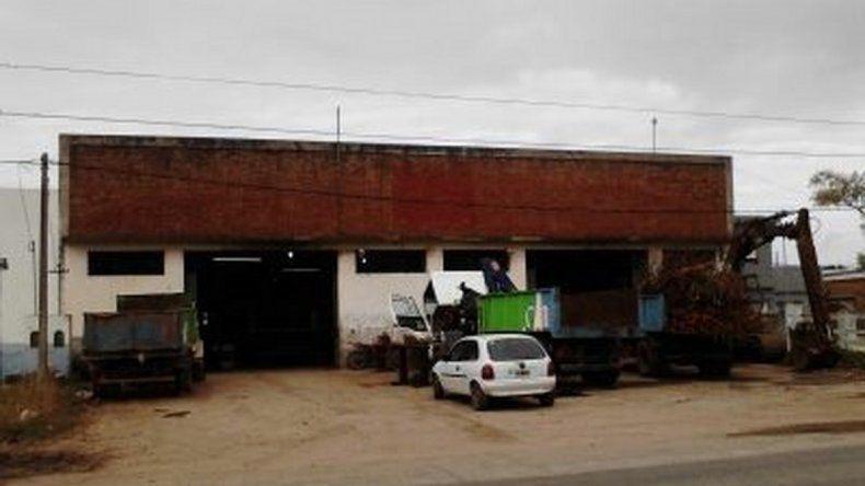 El corralón municipal donde trabaja el hombre violado por sus compañeros. De espaldas