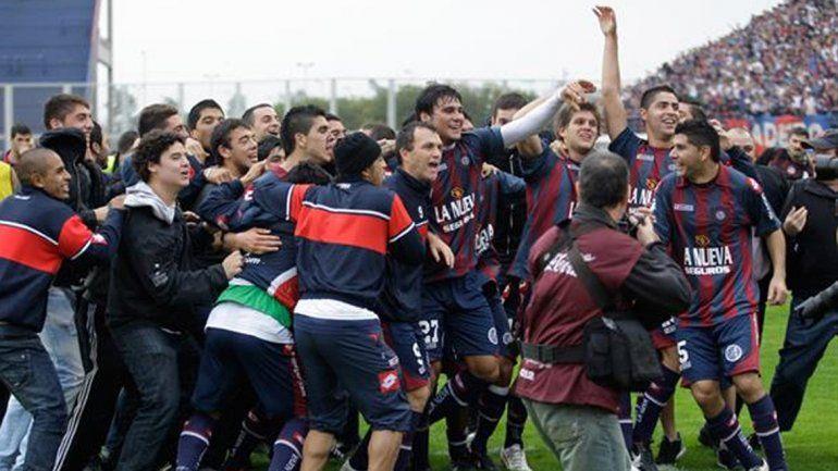 El inolvidable festejo del Gallego González en 1995. Y el desahogo de 2012 tras zafar del descenso e ir a la promo.