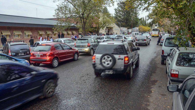 Postales que ya son un clásico a la salida de las escuelas. Los padres estacionan en doble fila a la espera de sus hijos. El tránsito se torna insoportable.