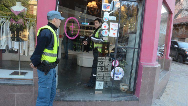 Robaron en una tienda de ropa ubicada en Roca y Brown.
