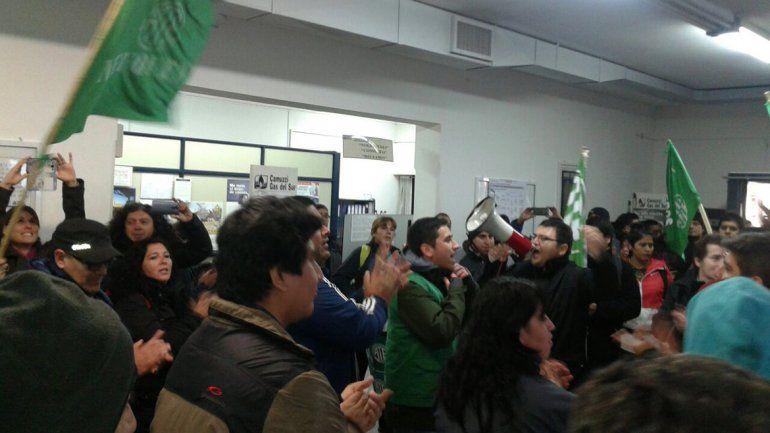 ATE protestó en Camuzzi y Casa de Gobierno contra el tarifazo del gas