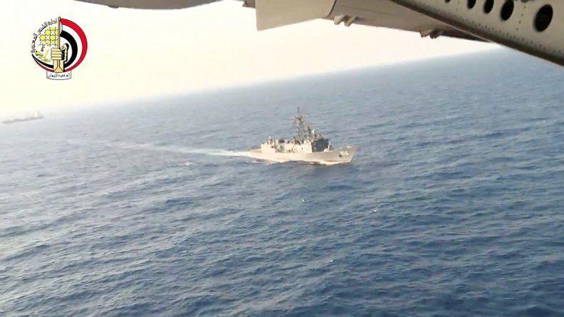 Embarcaciones egipcias en las tareas de búsqueda en el Mediterráneo.