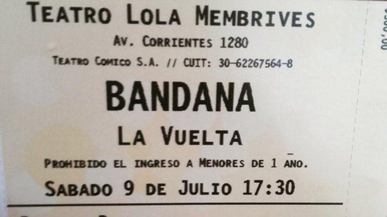 Un fanático de la banda muestra la entrada del show del día sábado 9 de julio