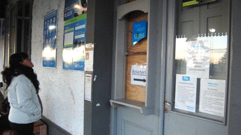 El vidrio roto de la ventana por donde ingresaron los delincuentes.