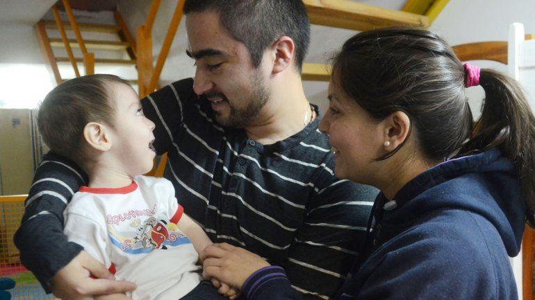 Los padres de Nicolás saben que la medicina que logró reducirle las convulsiones es ilegal.