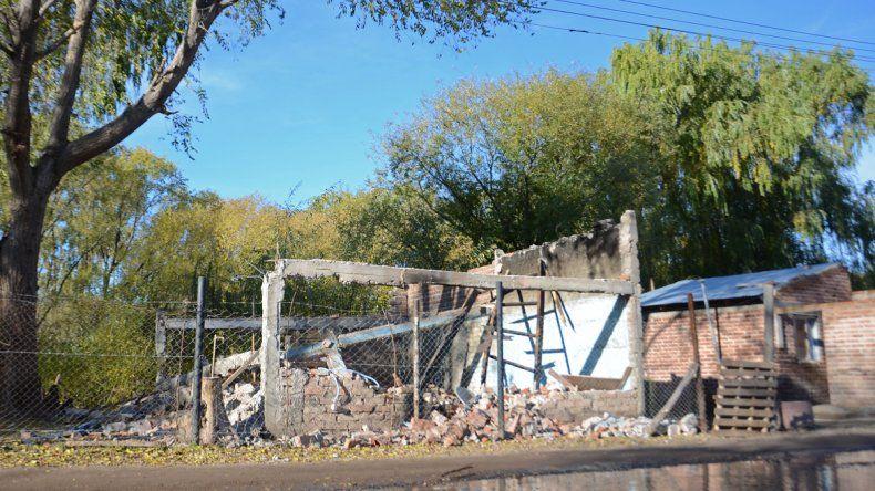 Los vecinos demolieron la casa de los Bin Laden del barrio Villa Obrera