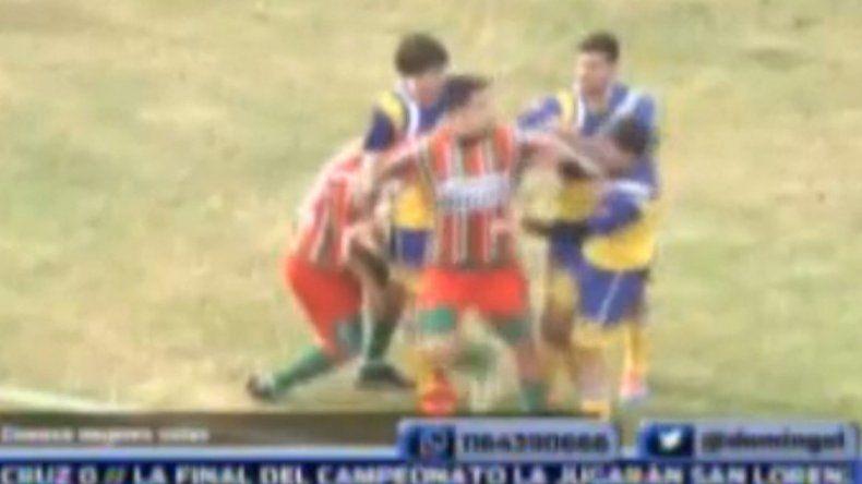 La discusión y la posterior agresión se produjeron en el primer tiempo. El futbolista jugaba en el club San Jorge.