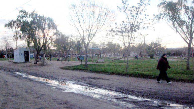La plaza del barrio Luis Piedrabuena donde la madre torturaba a su hijo.