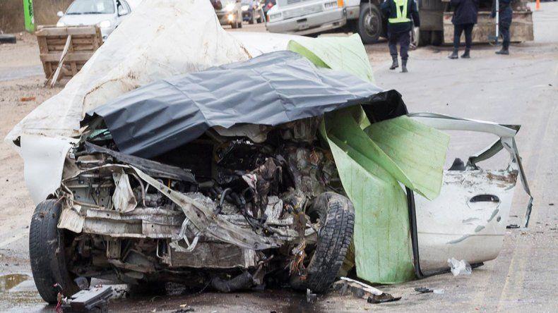 El Clio del comerciante neuquino quedó a unos 20 metros del camión.