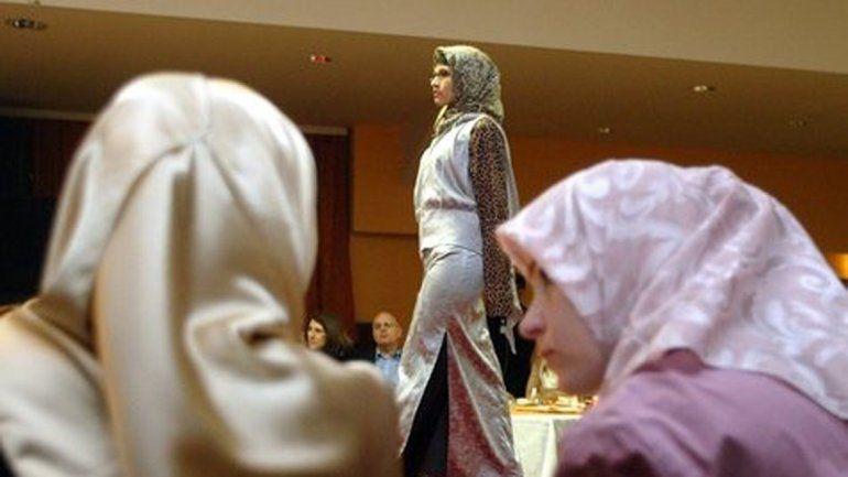 La ley islámica prohíbe a las mujeres exhibirse sin el velo.