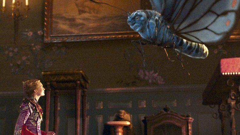 Alicia recibe la visita de la mariposa Absolem