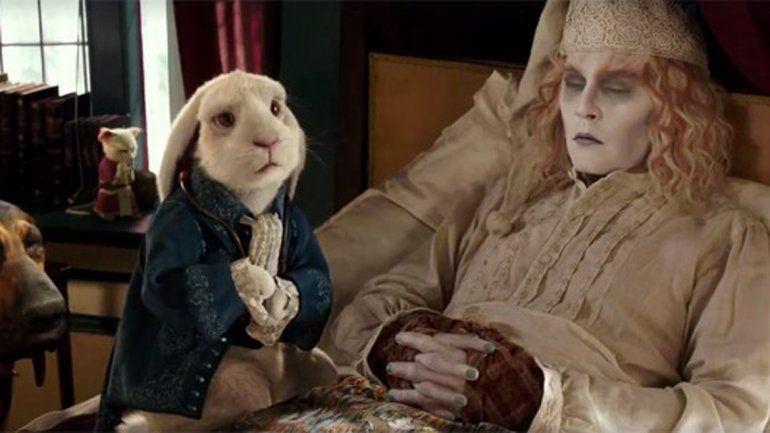 El Conejo Blanco y el Sabueso le revelan la razón por la que fue convocada nuevamente al extraño mundo.