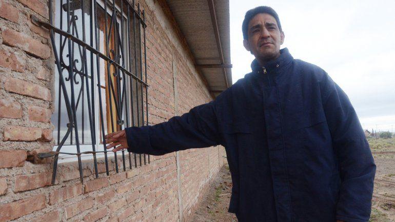 Alejandro Benítez mostrando el tráiler y la ventana violentados. Abajo