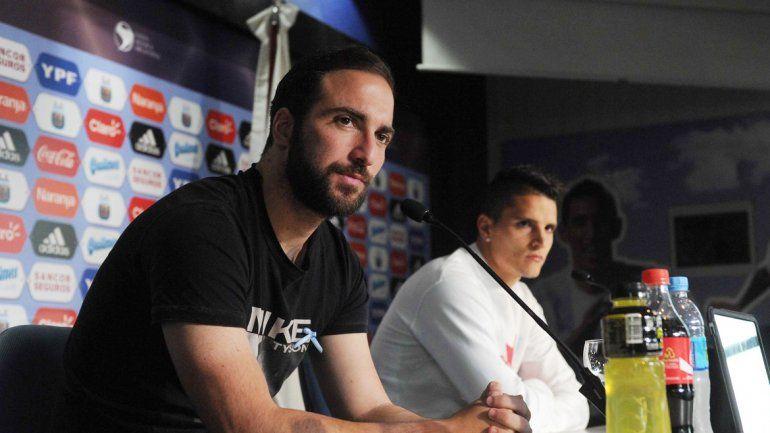 Higuaín y Lamela fueron los dos integrantes del plantel albiceleste en la conferencia de prensa brindada en el predio de Ezeiza.