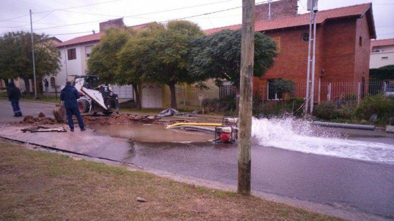 Técnicos del EPAS reparaban la pérdida de agua en la calle Borlenghi.