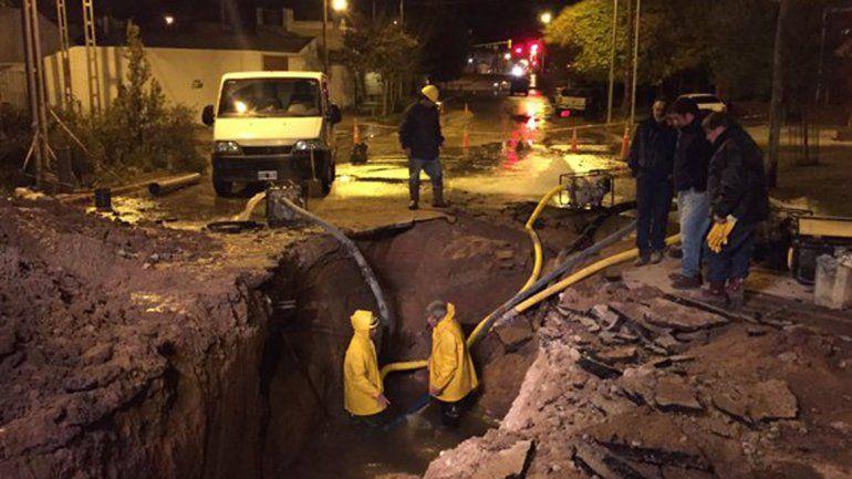 Operarios del EPAS durante la reparación del acueducto roto en Borlenghi al 200.
