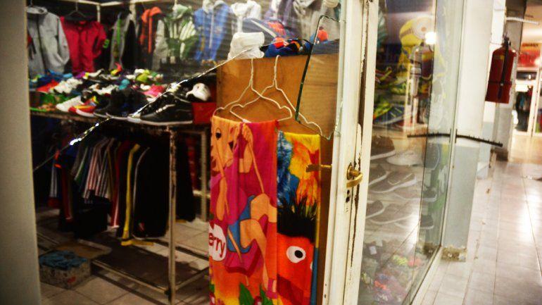 Aprovecharon el feriado y saquearon siete negocios en dos galerías del Bajo