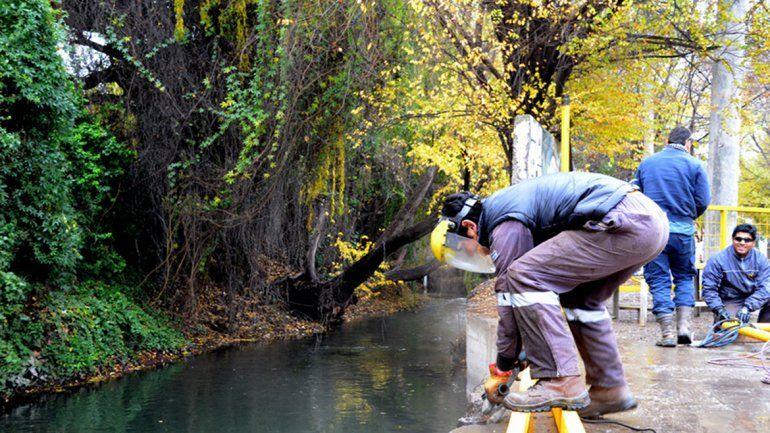 Ayer el personal cambió la reja en uno de los sectores del arroyo.