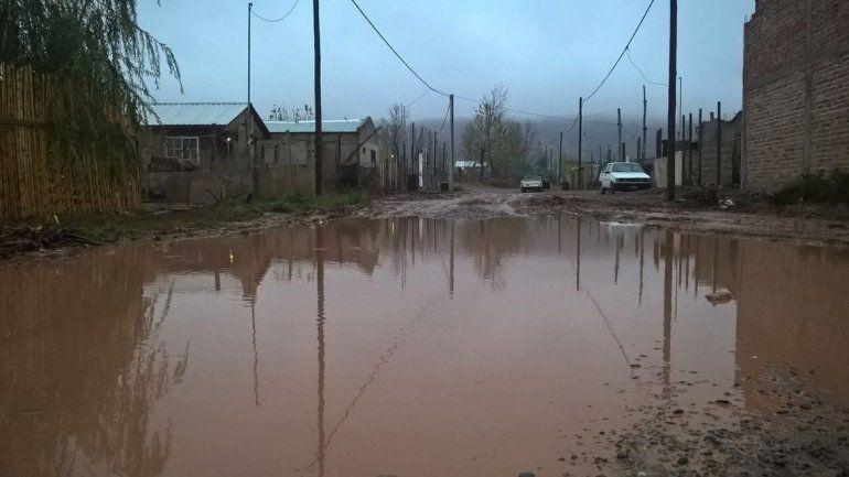Todas las calles del barrio Alsogaray de Plottier están inundadas.