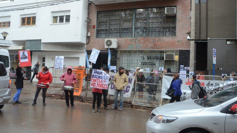 La Multisectorial de Mujeres de Neuquén se manifestó frente al Juzgado.
