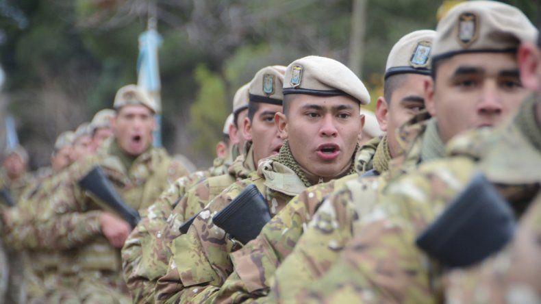 Las Fuerzas Armadas entonan el himno.