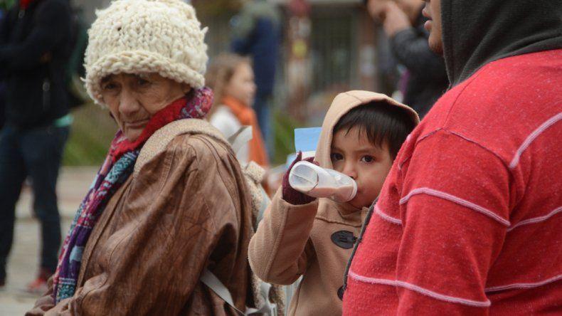 Un niño toma el chocolate caliente en la mamadera.