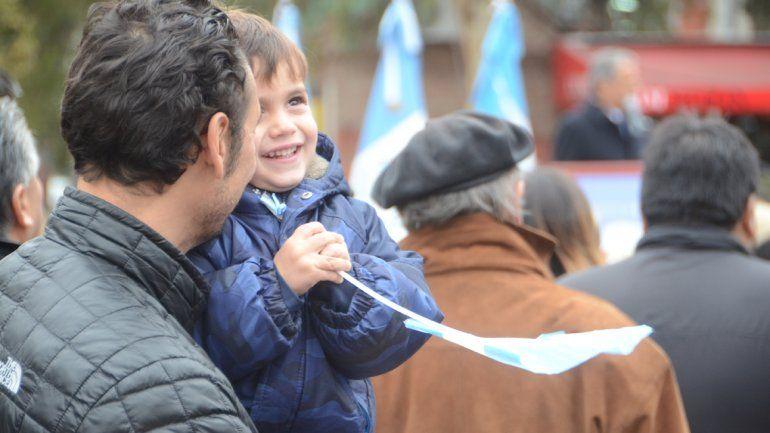 Un padre disfruta junto a su hijo de las actividades.