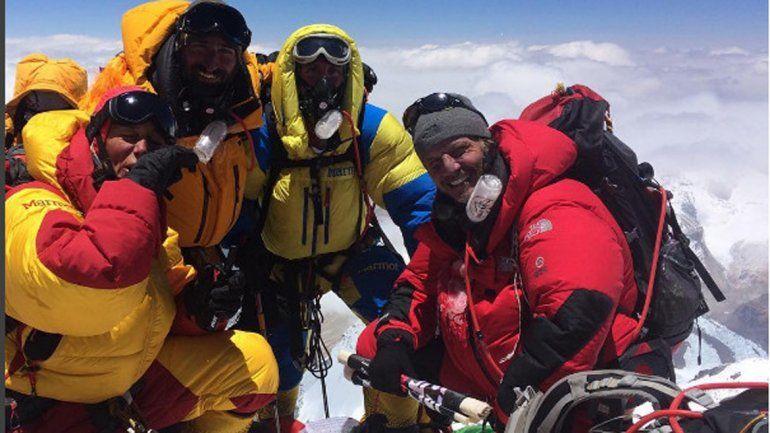 El actor junto a otros montañistas en la cima del gigante himalayo.