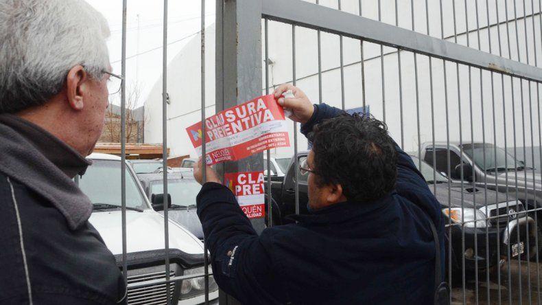 La Policía y Comercio clausuraron Nissi Automotores en Perticone al 600.